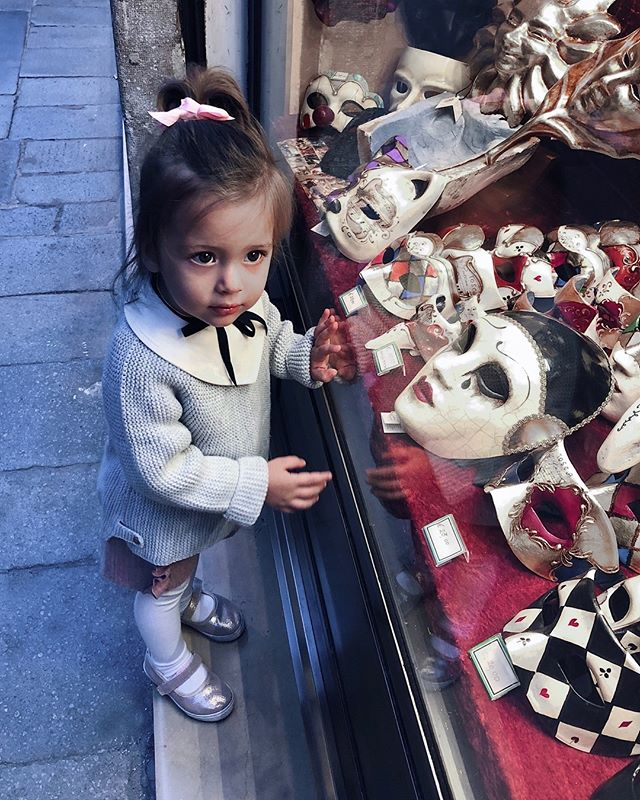 Was going through some older photos and found this little cutie, wandering around Venice... it was in September as a family trip for her second birthday and she had so much fun, especially because her older sister Alina join us. 👧🏻👱🏻‍♀️ Enjoy your Saturday darlings! • • • #veneziadavivere #veniceitaly #venetianmask #venice🇮🇹