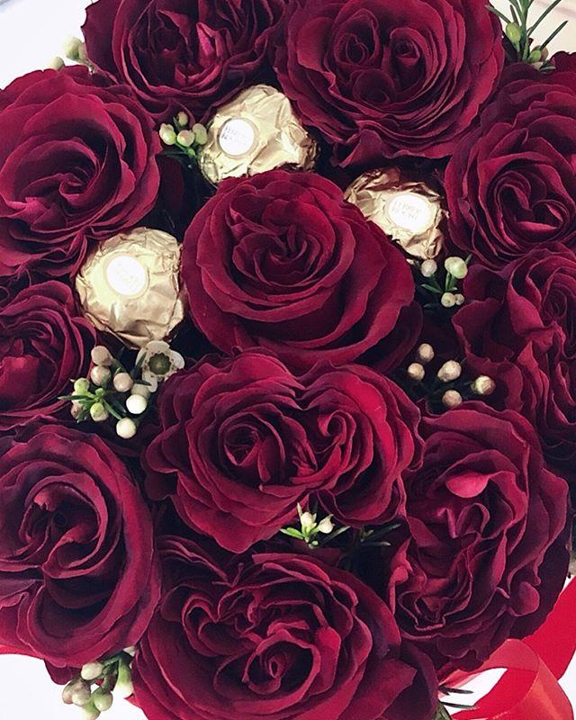 """🌹🌹🌹Najino, oziroma naše Valentinovo je letos bolj kot z dišečimi vrtnicami obdano s smrkavimi robci, ker nas je vse ujel prehlad 😪 A kljub vsemu, lahko rečem da je prav vsako novo Valentinovo z @admir_barcic vedno lepše 🧔🏻👩🏻👧🏻👶🏻❤️ Ta krasen bouquet, ki mi ga je prinesel je pa še za piko na """"i"""" (sploh čokoladice 🙈😁). Upam, da vas čimveč uživa Valentinovo, vsak na svoj način... nekateri bolj drugi manj romantično, a vsi zaljubljeno! 🌹 . . . #valentines2019 #bouqet #redroses🌹 #valentinovo"""