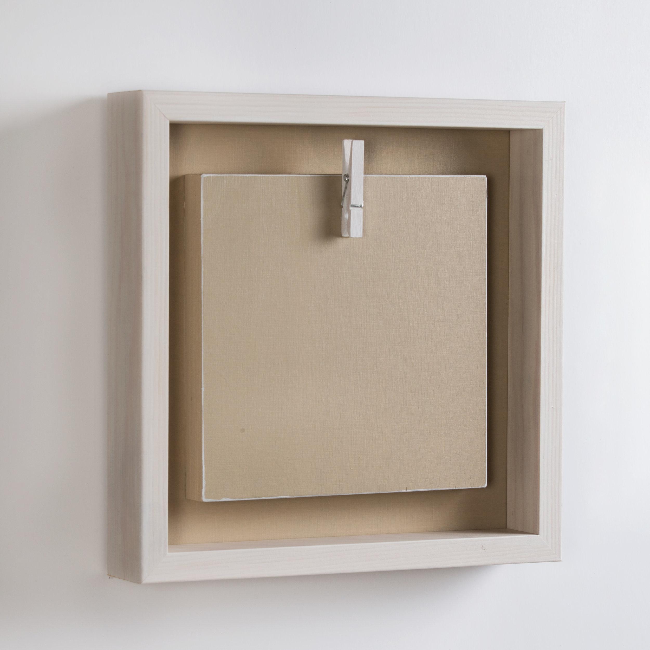 Ekologinen kehys 12x12cm taideprintille tai postikortille - Suomessa käsityönä valmistettu ekologisilla vahoilla ja maaleilla pintakäsitelty puutuote. Kts. yhteensopivat taidepostikorttimme!Boksikehys vanilija/kauraHinta 29 €/kpl (koko 23,5x23,5x4,5cm)