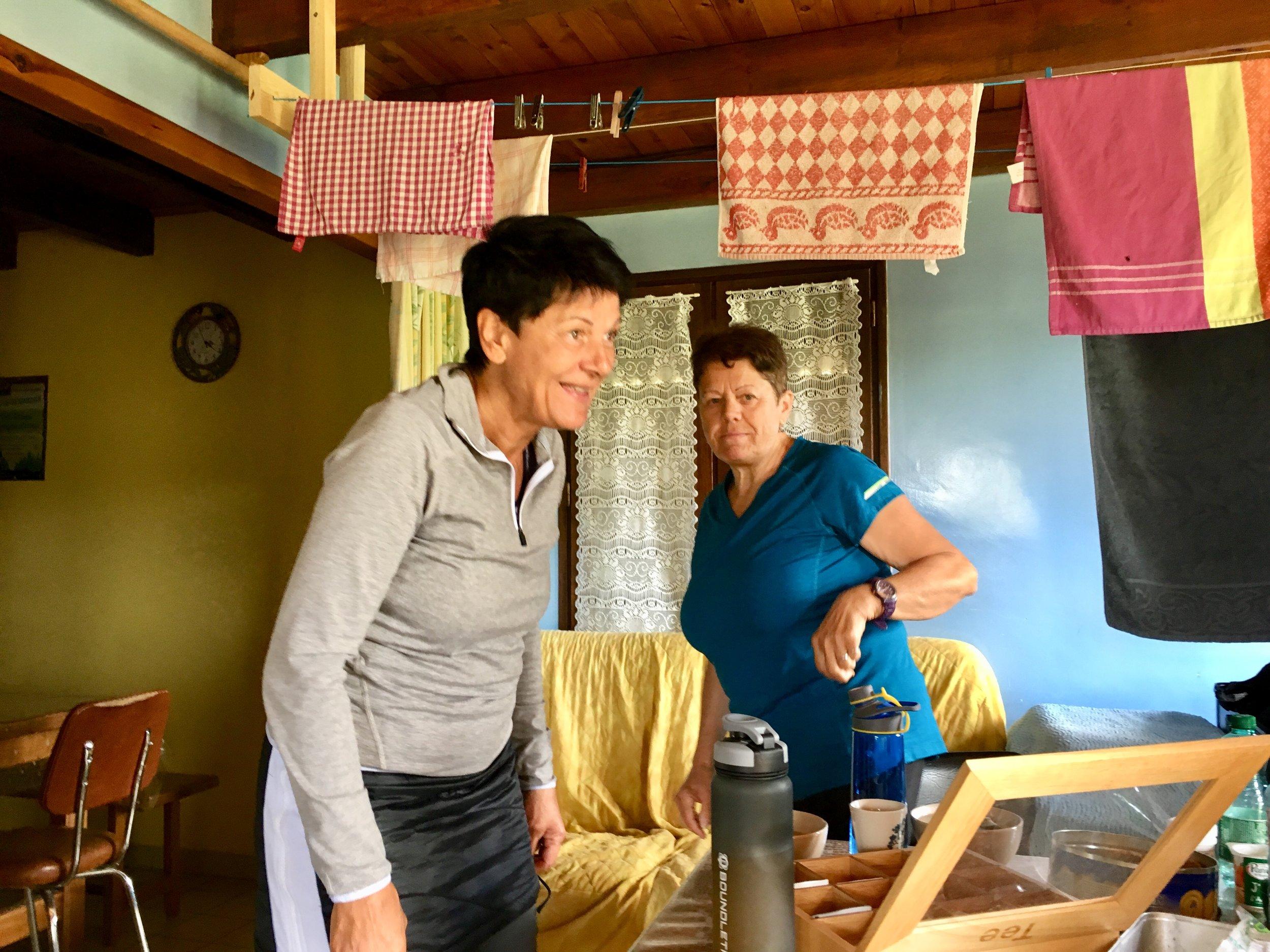 Andrea und Helga in unserer gestrigen Herberge, die war gleich über einem Kuhstall