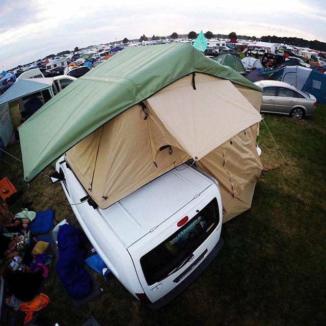 Festivalzeit bedeutet Campingzeit 🎪🥁🤹🏻♀️ und wer freut sich nicht darauf sicher auf dem Dach auf einer gemütlichen Matratze zu schlafen? 🚐+⛺️ • • • • • #advamping #summertime #festival #camping #glamping #aufmdach #betterbesafe #musik #tanzen #chillen #schlafen #hochbett #draußen #zuhauseunterwegs