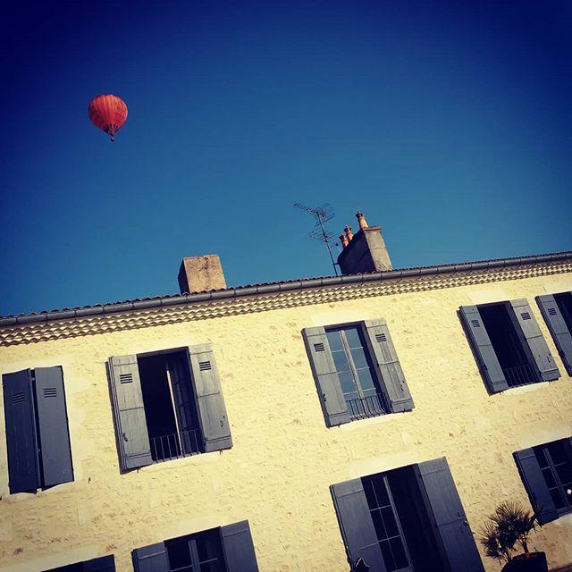 Ce matin nous avons eu le plaisir d'admirer une montgolfière au dessus du Château La Valière 😎  @phileasmedoc  Infos & réservations: www.lavaliere-medoc.com  #montgolfiere #vigne #vineyards #sudouest #guesthouse #gironde #medoc #holidays #cadeau #gite #winelife #winelover #chateaulavaliere #location #maisondecharme #lifestyle #luxuryrealestate #luxuryvilla #vacances #weekend  #winetours #oenotourisme #chateau #bordeaux #royan #paris #toulouse #conciergerie #instawine #lavaliere