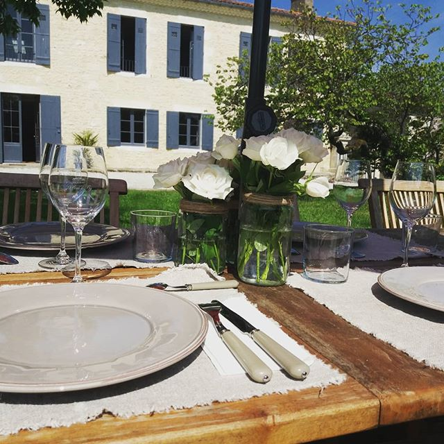 Déjeuner dans le jardin pour nos guests ! Merci @desmazures.conciergerie pour l'organisarion de ce déjeuner. Infos & réservations: www.lavaliere-medoc.com  #vigne #vineyards #sudouest #gironde #medoc #holidays #maisondevacance #winelife #winelover #chateaulavaliere #location #maisondecharme #lifestyle #flower #luxuryvilla #vacances #weekend #lunch #garden #winetours #oenotourisme #chateau #bordeaux #royan #paris #toulouse #conciergerie #instawine #château #lavaliere