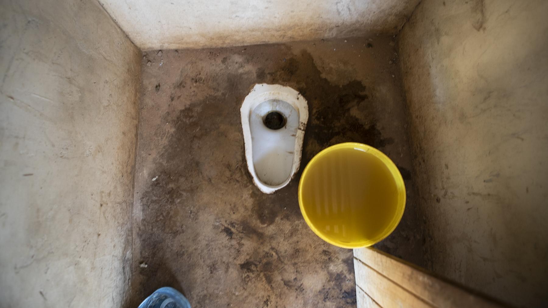 Toiletten - Die bisherigen Plumpsklos waren oft Ursprung von Krankheiten. Die offenen Toiletten ziehen Mücken an, welche Infekte auf die Schüler übertragen können.Am neuen Ort wird es abgeschlossene, hygienische Toiletten geben. Nebenan gibt es Wasser, um die Hände zu reinigen.