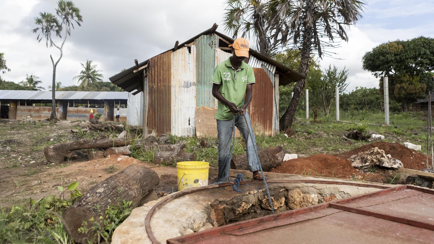 Wasserzugang - Bisher musste das gesamte Trink- und Waschwasser mühsam her geschleppt werden. Denn der nächste Brunnen war einige Gehminuten entfernt.Auf dem neuen Grundstück gibt es auf dem Schulgelände einen Brunnen. Dank einem neuen Wasserfilter können die Schüler und Lehrer unbedenkliches Trinkwasser zu sich nehmen.