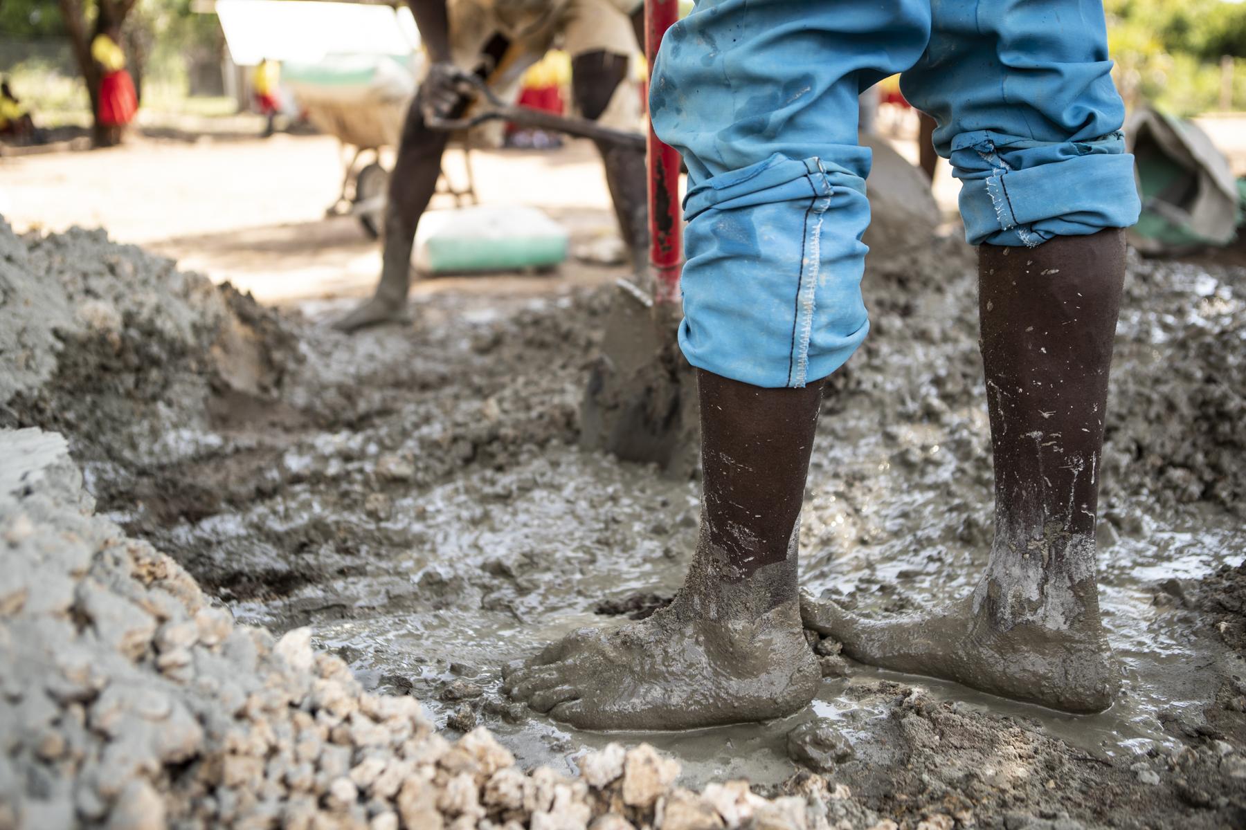 Viele Fundis arbeiten barfuss – auch beim Mischen des Betons.