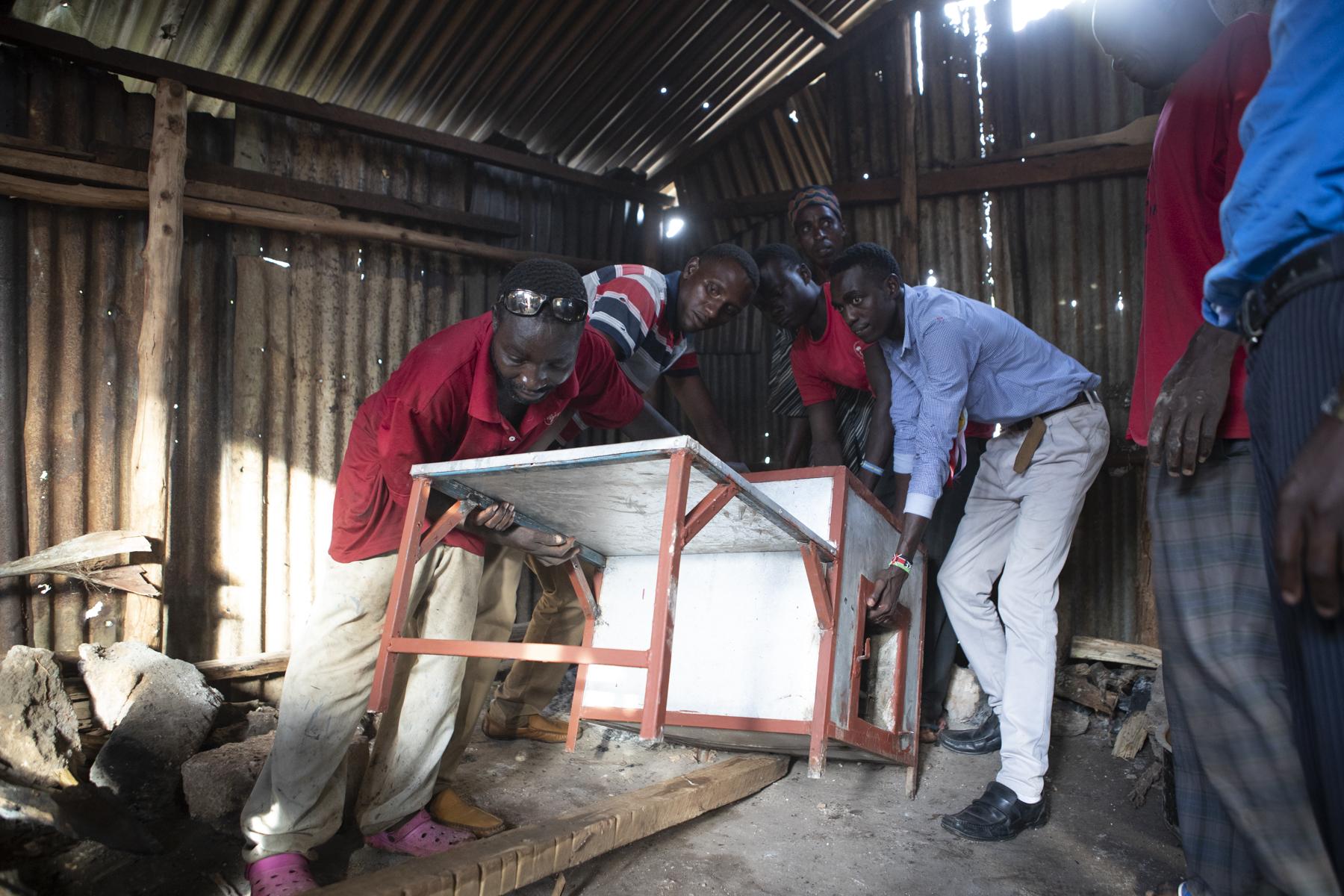 Das 400kg schwere Teil wird in die Küche gehievt - alles was irgendwo herumlag, wurde als Hilfsmittel verwendet.