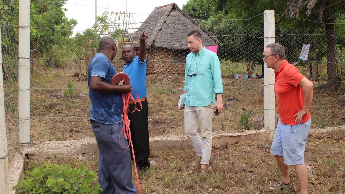 Bauleiter Mugendi, Daniel, Oliver und Philippe von Sunshine4Kids vermessen das Gelände