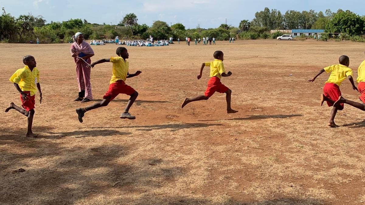 Die Shine Kids üben für einen Sportwettbewerb, der jährlich stattfindet.