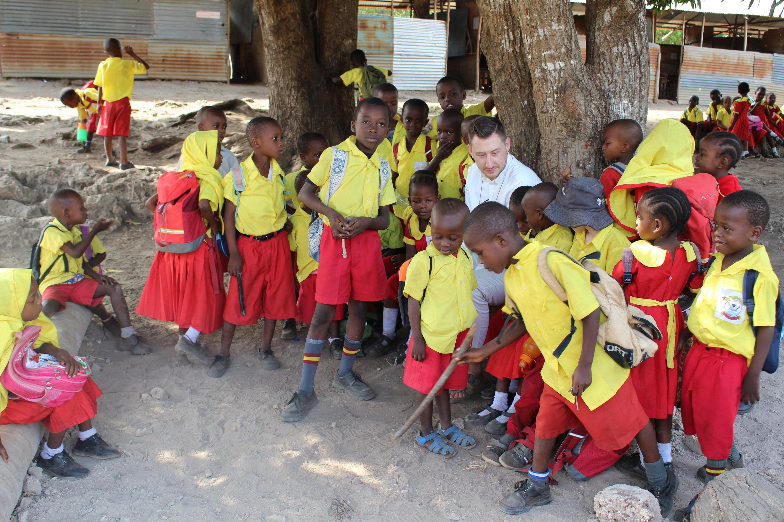Gerade die jüngeren Kinder freuen sich über jeden Besuch an der Shine School