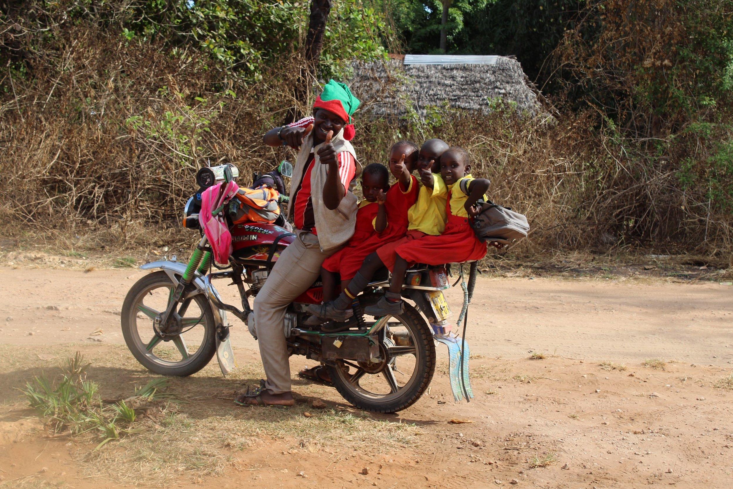 Ein Erwachsener und vier Kinder auf einem Motorrad? In Kenia kein Problem.