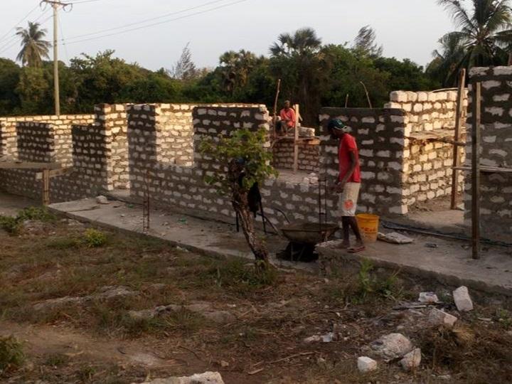 Dank den fleissigen Fundis nehmen die Wände rasch Form an. Insgesamt wurden 5'800 Bausteine verwendet.