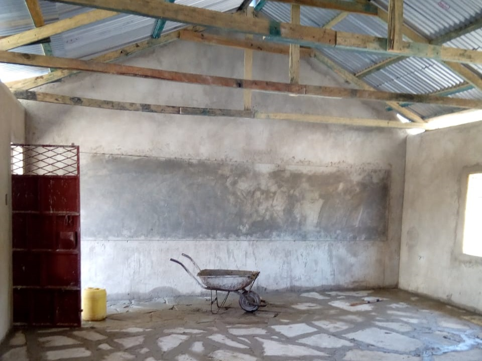 Galana-Bodenplatten, Wandtafel, Türe und Dach - der Innenausbau schreitet voran!
