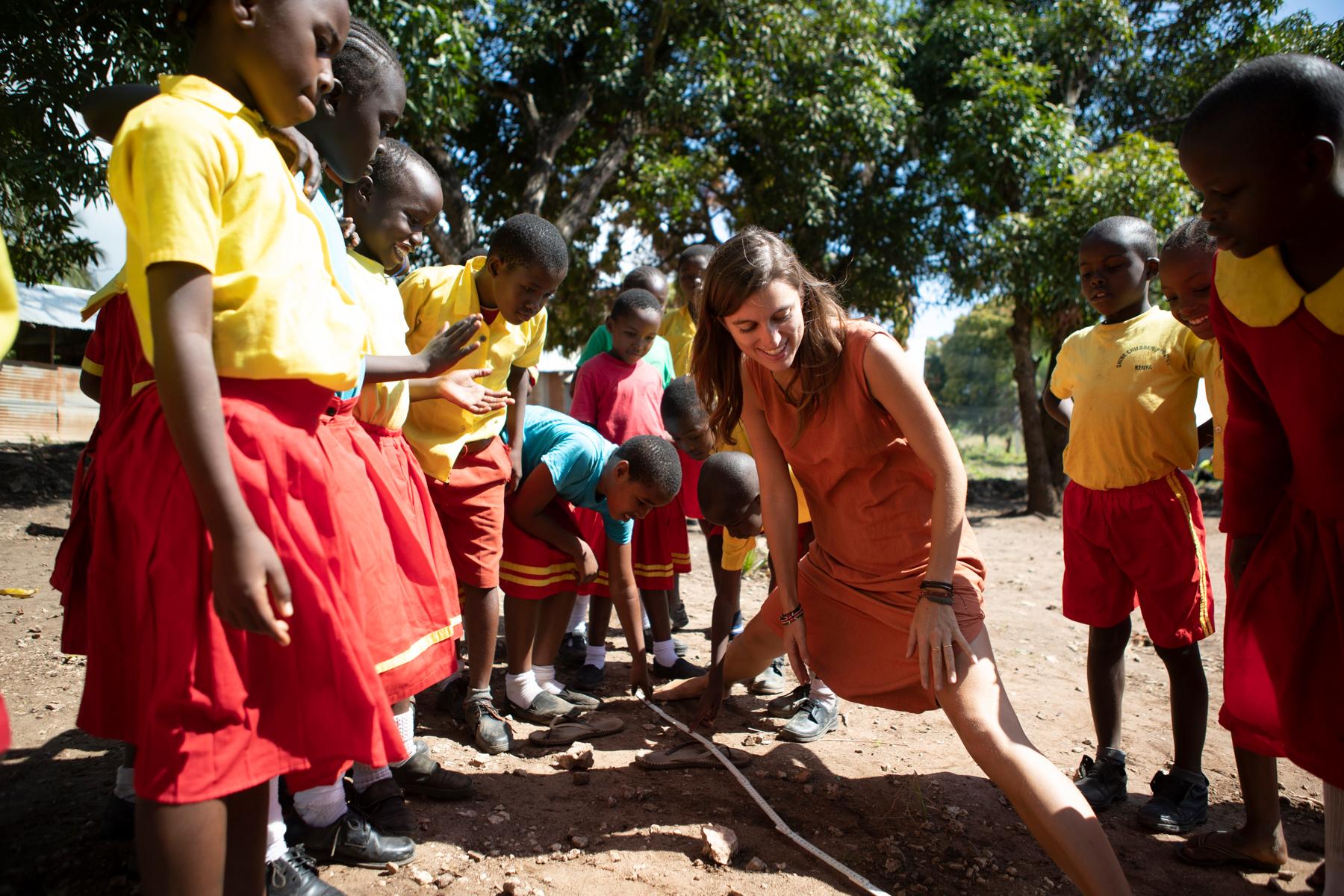 Stefanie Brenner beim spielerischen Lernen mit den Kindern. (Foto: Milan Rohrer)