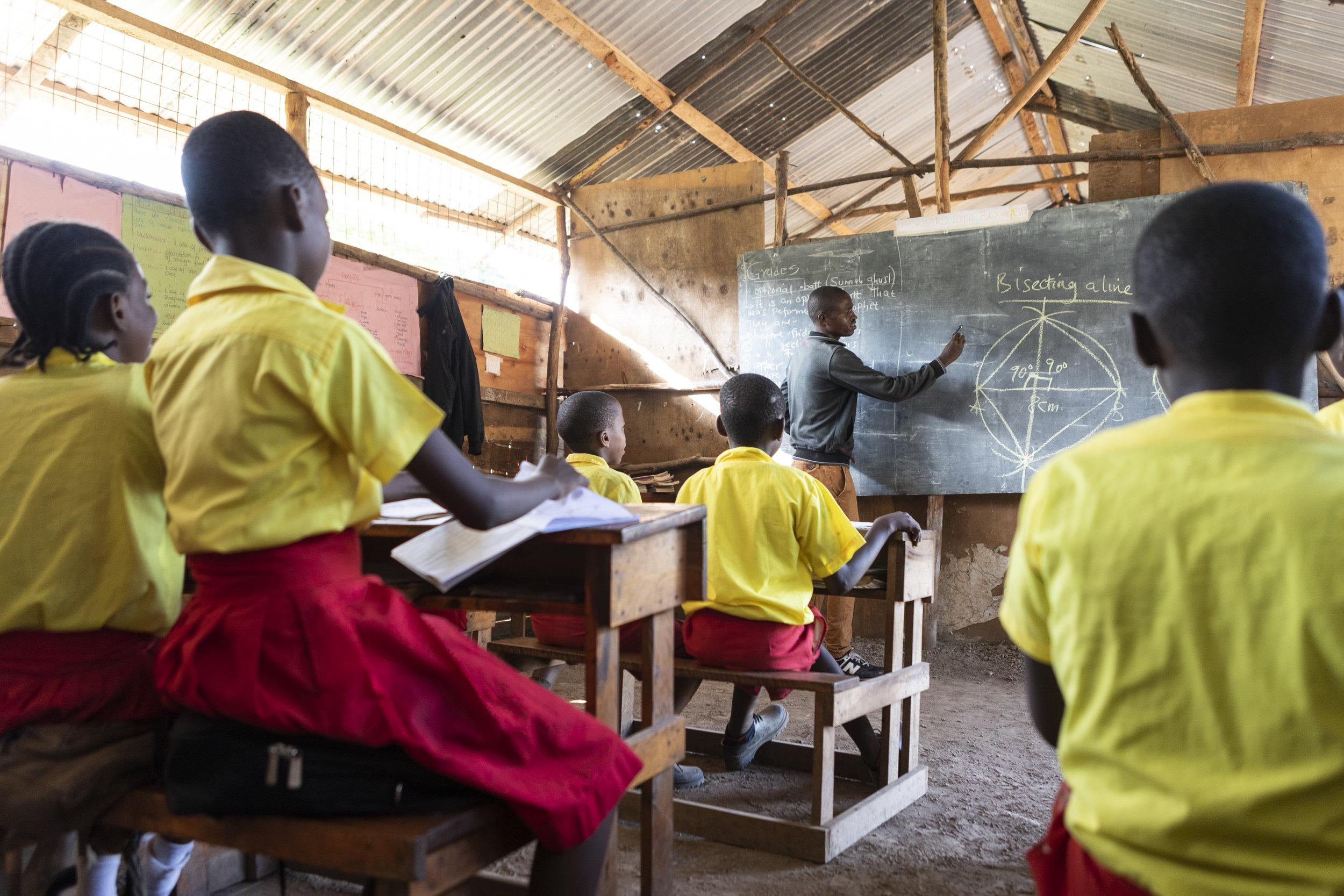 Schüler/innen im Unterricht beim Lehrer Maxwell. (Foto: Milan Rohrer)