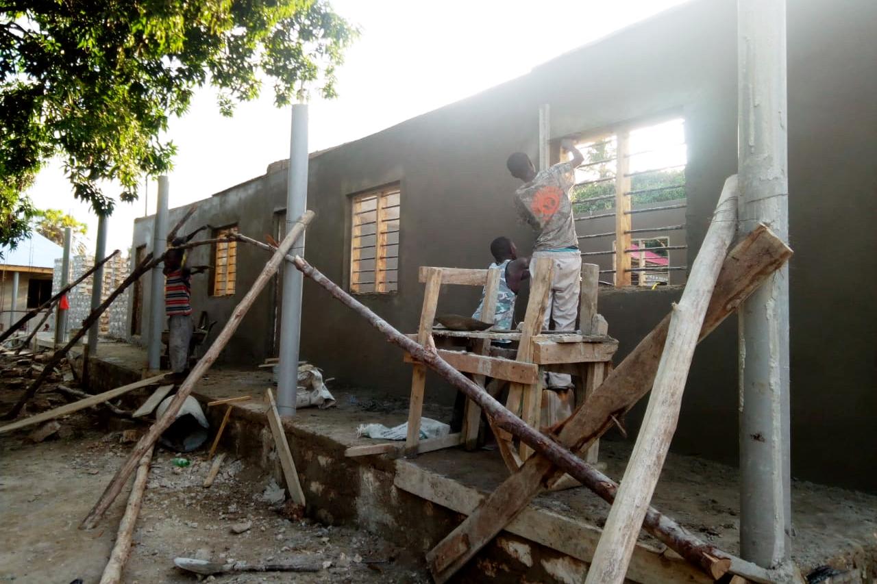 Arbeiter beim Bau der ersten Kindergartenzimmer. (Foto: Daniel Njagi Kiura)