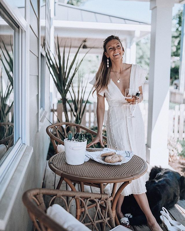 When the sun goes down on my side of town 🎶 we gather on the porch with wine and today...cookies 🥂  gettin' my @getvinebox on #ad and sippin' my way through their Rosé collection with each sunset! Cheers to sustainable wines and lovely spring evening routines! Y'all can save 10% on their Rosé collection 〰️ head to my stories!