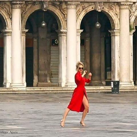 #veniceitaly #venezia #venise #streetphotography #streetdreamsmag #piazzasanmarco #sanmarcosquare #vscogrid #ig_venezia #igersvenezia #jamesbond #tango #philippeapatie