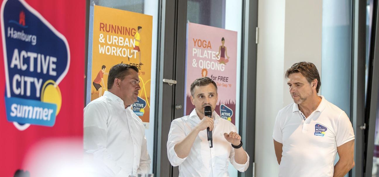 QUELLE: AGENTUR SPORTPLATZ.BIZ Robert Vogel (Vorsitzender der Rewe-Geschäftsführung Region Nord), Dirk H. Hartmann (Vorstand ATV von 1845 e.V.), Werner Richnow (Sportplatz).