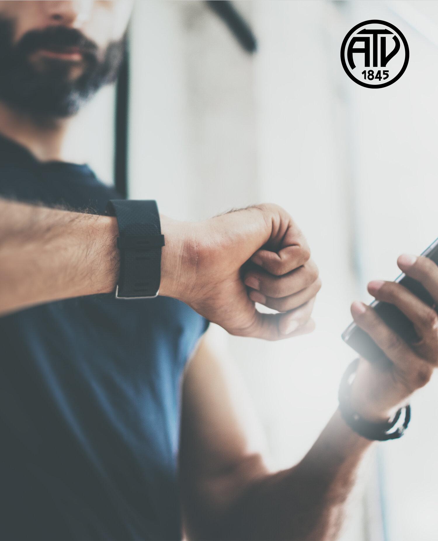Liebes Mitglied,  ab sofort können wir Dich noch besser dabei unterstützen Deine Trainingsziele zu erreichen - wir erstellen Dir auf der mywellness-Plattform unseres Geräteherstellers Technogym Deine neuen Trainingsprogramme, die Du von überall auf der Welt abrufen und eigenständig jede Aktivität dokumentieren kannst. Wir helfen Dir, das Beste aus dem vorhandenen Fitnessangebot herauszuholen, indem Du ein optimiertes Trainingserlebnis sowohl im Studio als auch außerhalb erlebst.  Du kannst die mywellness-App in allen Fitnesseinrichtungen, die mit Technogym-Geräten ausgestattet sind, benutzen und Dich per QR-Code, Bluetooth oder deinem neuen Technogym Armband mit jedem einzelnen Gerät verbinden, oder mit anderen Fitness-Applikationen koppeln, um Deine Aktivitäten im Freien zu dokumentieren. Deine Trainingseinheit wird automatisch eingestellt, und Deine Ergebnisse werden in Echtzeit aufgezeichnet und in Deinem mywellness-Account gespeichert.  Damit Du die neue Trainingssteuerung nutzen kannst benötigst Du nur einen Termin bei Deinem Trainer, den Du am Empfang vereinbaren kannst, alles weitere erledigen wir für Dich.  Wir freuen uns auf Dich und wünschen Dir viel Erfolg mit Deinem neuem Trainingsprogramm.  - Dein ATV -