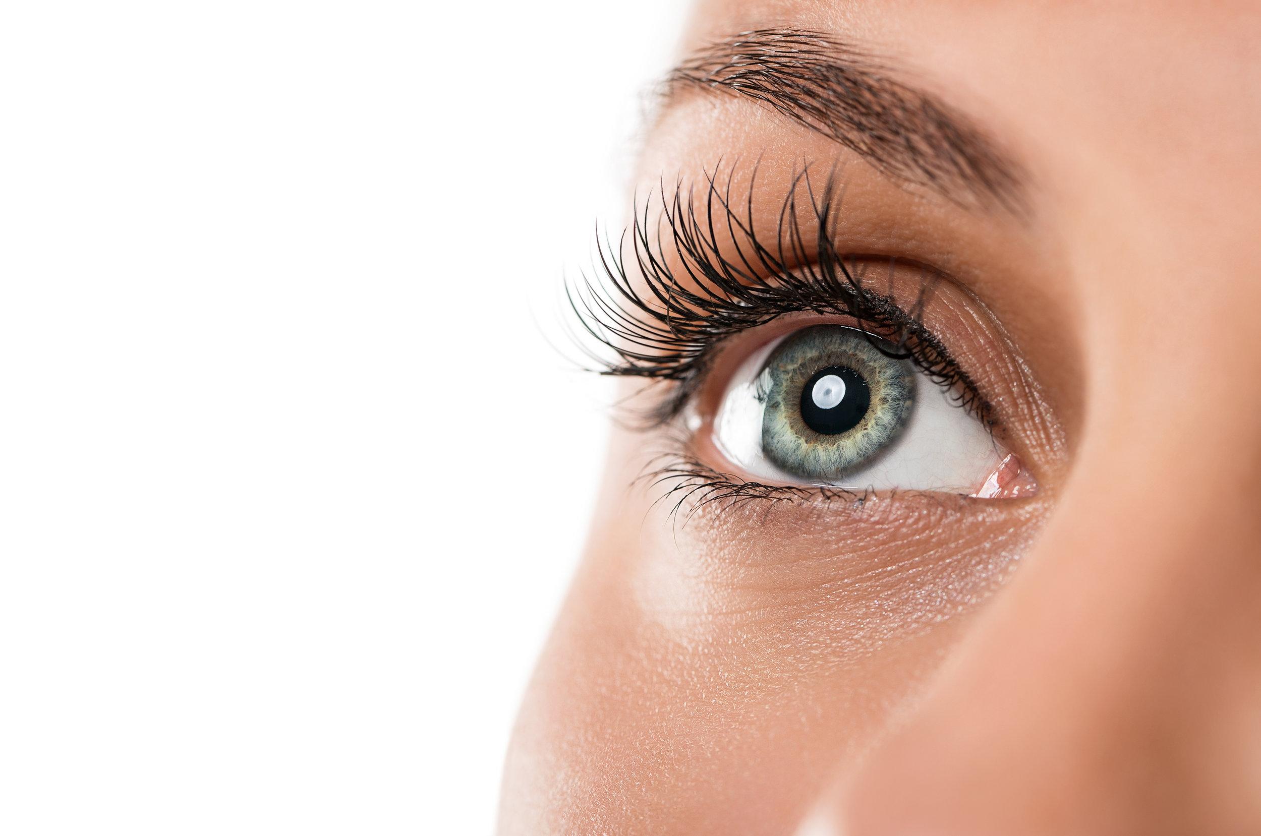 Intralash - Le maquillage permanent des yeux est une intervention qui vise à mettre en valeur la forme de l'œil, définir votre regard et lui donner plus de profondeur. Différentes solutions permanentes existent pour maquiller les yeux :• Épaissir la ligne des cils et redessiner le contour de l'œil.• Dessiner un trait d'eyeliner (inférieur ou supérieur).• Densification ciliaire etc.Il est envisageable d'opter pour plusieurs de ces solutions à la fois.