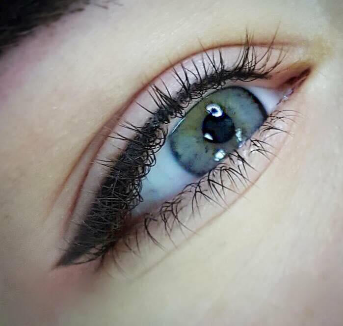 Eyeliner - L'eyeliner est un trait précis, fin ou épais, dessiné au-dessus de la ligne des cils.Il existe différentes manières de mettre en valeur le regard:• Dessiner une ligne eyeliner parfaite pour un regard plus profond. • Eyeliner fin.• Eyeliner complet ou l'œil de chat (ligne plus épaisse avec ou sans pointe, la pointe lui donne une belle forme qui l'étire vers le haut).