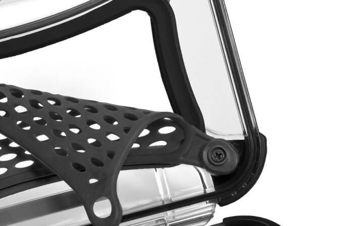 NanoFilet de protection en caoutchouc - Chaque modèle Nano de NANUK est équipé d'un filet caoutchouté qui simplifie la disposition du contenu de votre mallette. Vous pouvez facilement entreposer de l'argent, des cartes, des clés et de la documentation importante sans endommager le contenu de la partie inférieure de votre mallette Nano. Ce filet caoutchouté flexible vous fait gagner de la place et agit comme un tampon mou avec le contenu de votre mallette.. Fidèles à l'esprit d'adaptation simplifiée des modèles NANUK, les filets peuvent être retirés facilement. Un système de fixation intuitif à deux crochets permet un détachement partiel simple pour placer vos objets, tandis que les deux vis de fixation inférieures peuvent facilement être enlevées pour complètement détacher le filet.
