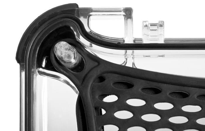 NanoJoint moulé - La norme IP65 du modèle NANUK Nano donne aux professionnels l'étanchéité nécessaire pour protéger leurs outils de travail dans les conditions climatiques les plus extrêmes. La conception anti-éclaboussures protège votre équipement des dégâts d'eau et de la poussière. La norme IP65, c'est une protection complète contre la poussière et les jets d'eau.