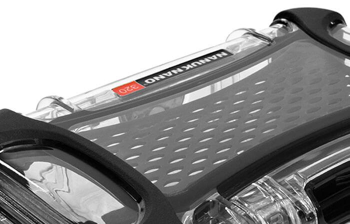 NanoCoque en polycarbonate - NANUK utilise des matériaux résistants aux chocs pour que ses mallettes puissent protéger les appareils électroniques les plus fragiles des chutes ou des secousses accidentelles. On injecte dans chaque coque de mallette Nano rigide une résine de polycarbonate pour offrir la meilleure protection possible contre les chocs. Les pare-chocs en caoutchouc Santoprene ajoutent une adhérence aux surfaces humides et évitent les rayures sur les finitions délicates.