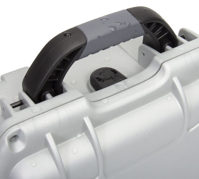 NanukÉtanchéité Norme IP67 - Le joint d'étanchéité utilisé sur toutes les mallettes étanches NANUK a été conçu pour s'adapter à nos produits. Il résiste à la déformation et à la fatigue, assurant ainsi une étanchéité durable. Nos mallettes étanches sont idéales pour les missions de recherche et de sauvetage, pour le transport maritime ou l'entreposage, et en plongée. N'importe lequel de nos nombreux détaillants peut facilement vous équiper d'une de nos mallettes étanches, d'accessoires ou d'autres produits. Les mallettes d'équipement et les produits de transport NANUK sont garantis à vie en pièces et en main-d'œuvre pour toute la durée de vie de nos produits.