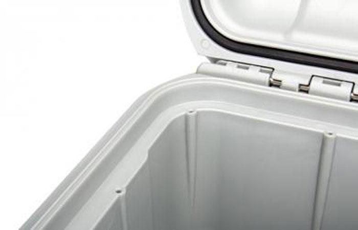 NanukSystème bezel intégré - Le système de lunette intégré sur la partie inférieure de la mallette permet d'installer facilement un kit de panneau sans devoir installer un support secondaire ou percer des trous sur le côté de la mallette. Le kit de panneau étanche en option est disponible pour les 11 tailles de mallettes NANUK.