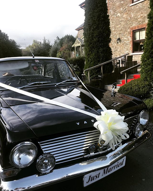 Arriving in style!  #riverbankcountrypub #irishweddingvenue #irishweddings #vintagecars #weddingcar #octoberwedding