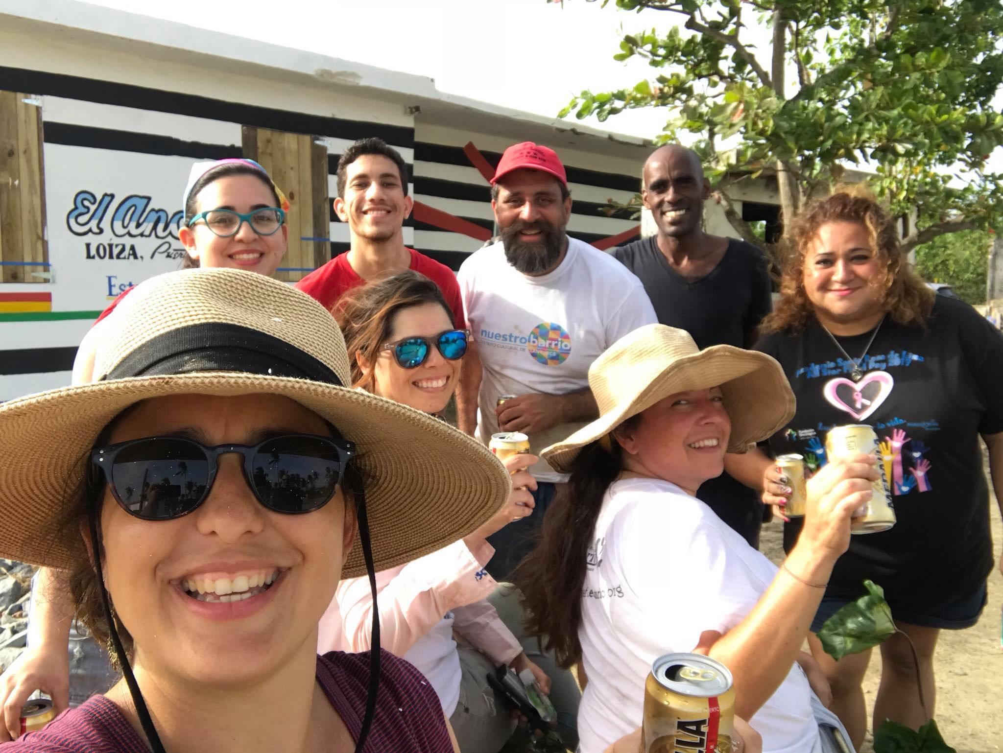 """""""selfie"""" de nuestra Estelí Capote Miembra de el Colectivo en El Ancón de Loíza, con miembrxs de El    Estuario de la Bahía de San Juan     , el Artista Plástico Loiceño  Malcom Ferrer  ,y   otrxs colaboradorxs."""