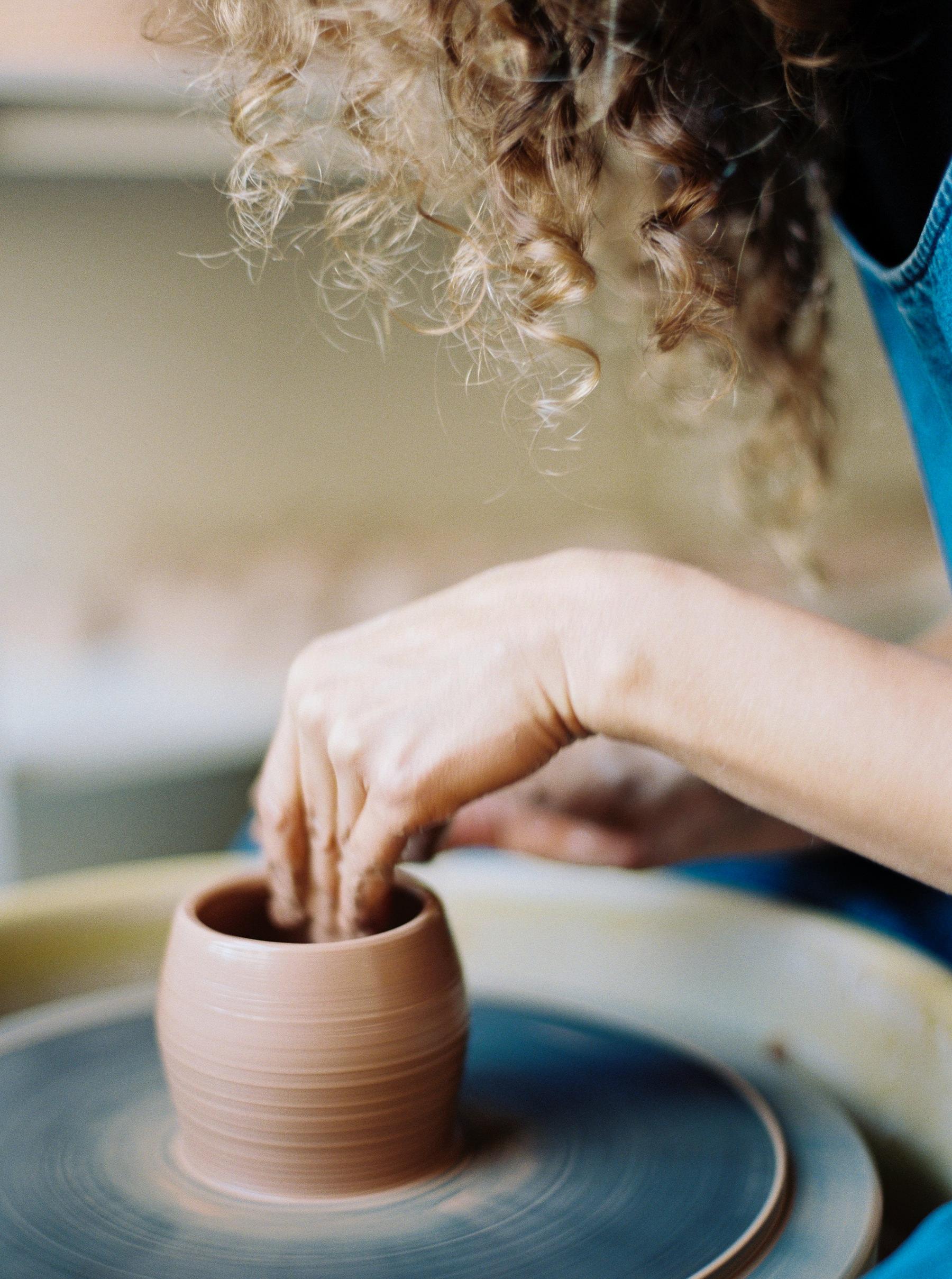 artistprofile-katherinemoes-pottery-annapeters-annapetersphoto-unearthing.tc-2.jpg