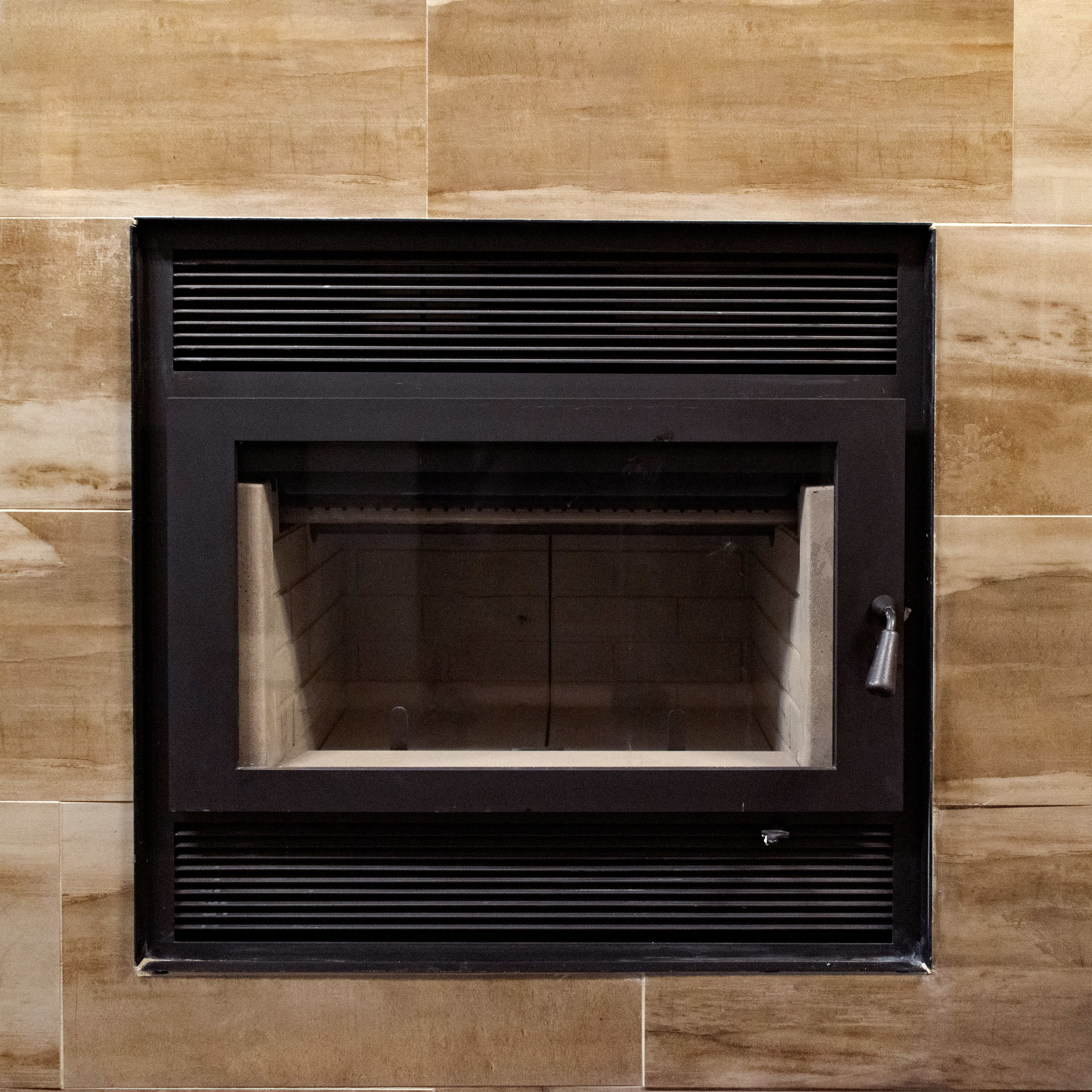 "RSF Focus 320 - ‧ Wood Fireplace - 50,000 BTU‧ 2.6 cu ft Firebox‧ 22"" Logs‧ Steel door‧ Available as a See-thru Model‧ Optional heat-circulating blower‧ Optional CleanFace design"