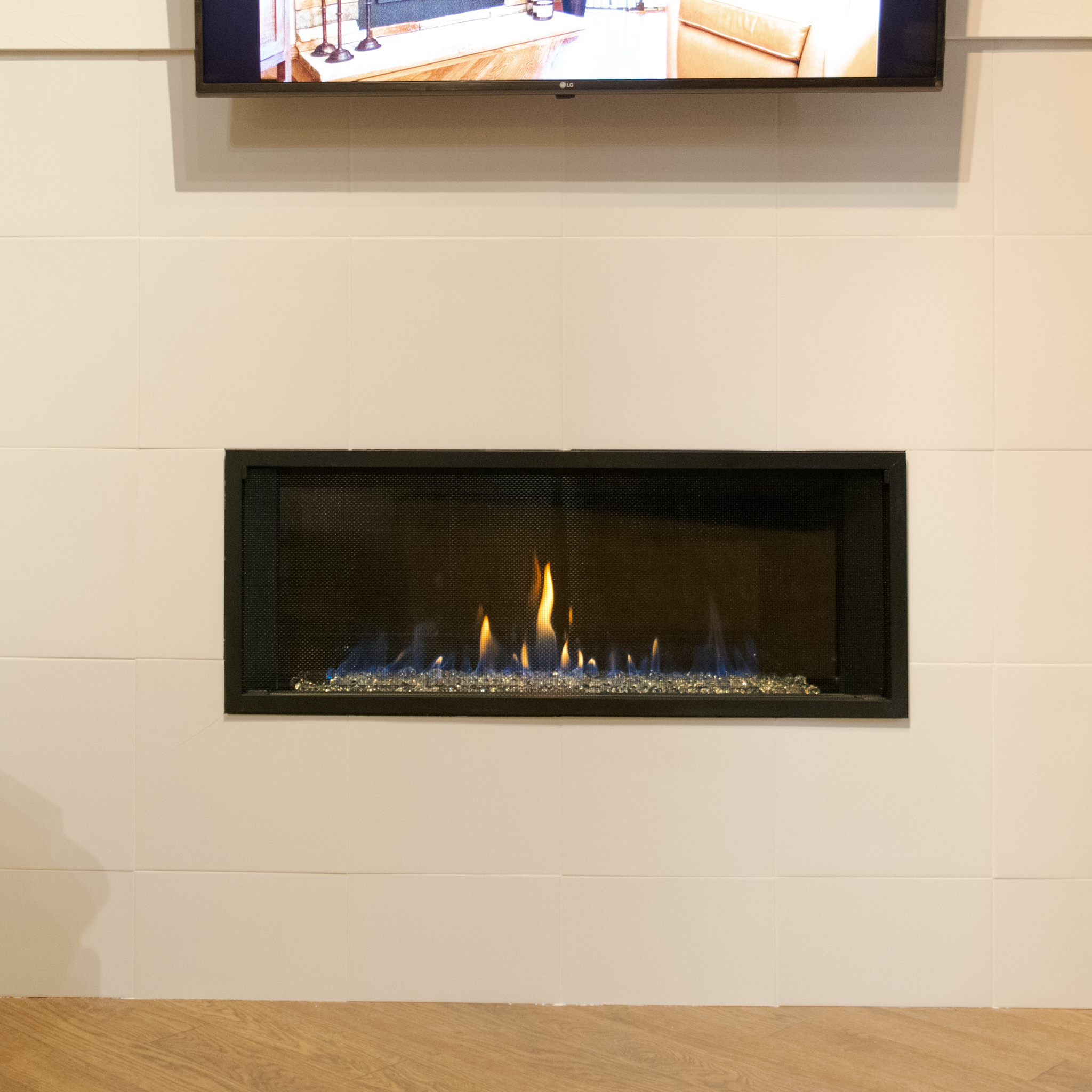 """Valor L1 - ‧ Direct Vent Gas Fireplace - 30,000 BTU‧ Reflective Glass Firebox Panel‧ 1"""" Black Finishing Trim‧ Decorative Glass Burner Media‧ Heat Shift System - TV over fireplace!‧ Maxitrol Remote Control‧ Fan – Not included‧ Strong heater‧ Variety of Media options‧ Contemporary Linear Fireplace"""