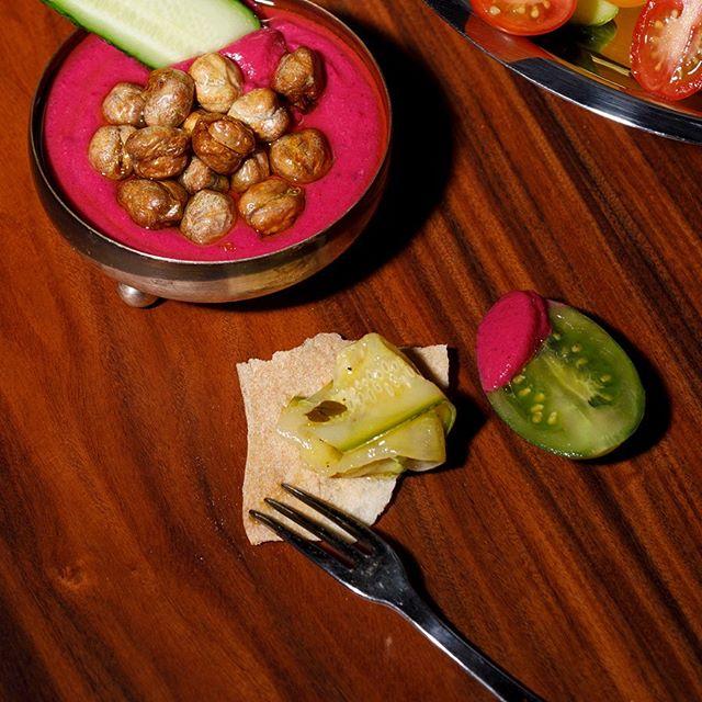Crudités, a nossa seleção de legumes crus servida acompanhada de hummus, conservas e pão pita. Os vegetais mudam diariamente, conforme o que há de mais fresco nos nossos produtores. #crudites #rawfood #vegan #bardocofre #farolsantander