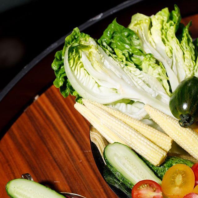 Os crudités surgiram na França como uma entrada para evidenciar o frescor dos legumes da época — além de serem ótima opção de entrada para os dias mais quentes, porque leve, refrescante. Acompanha bem os cocktails, para beliscar alguma coisa aqui e ali — e mostrar pro estômago que você não esqueceu dele. #crudites #rawfood #vegan #bardocofre #farolsantander