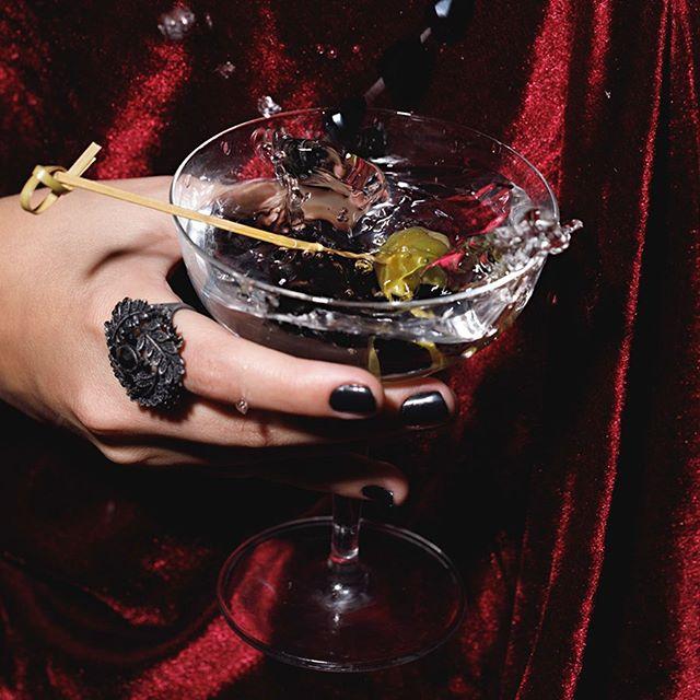 O mais clássico dos coquetéis, o Dry Martini leva vermute e gim — em proporções que seguem a receita de cada bartender — em taça devidamente gelada. A azeitona verde é a coroado coquetel, e dá a ele uma interessante salinidade #bardocofre #farolsantander #subastor #51bestbar