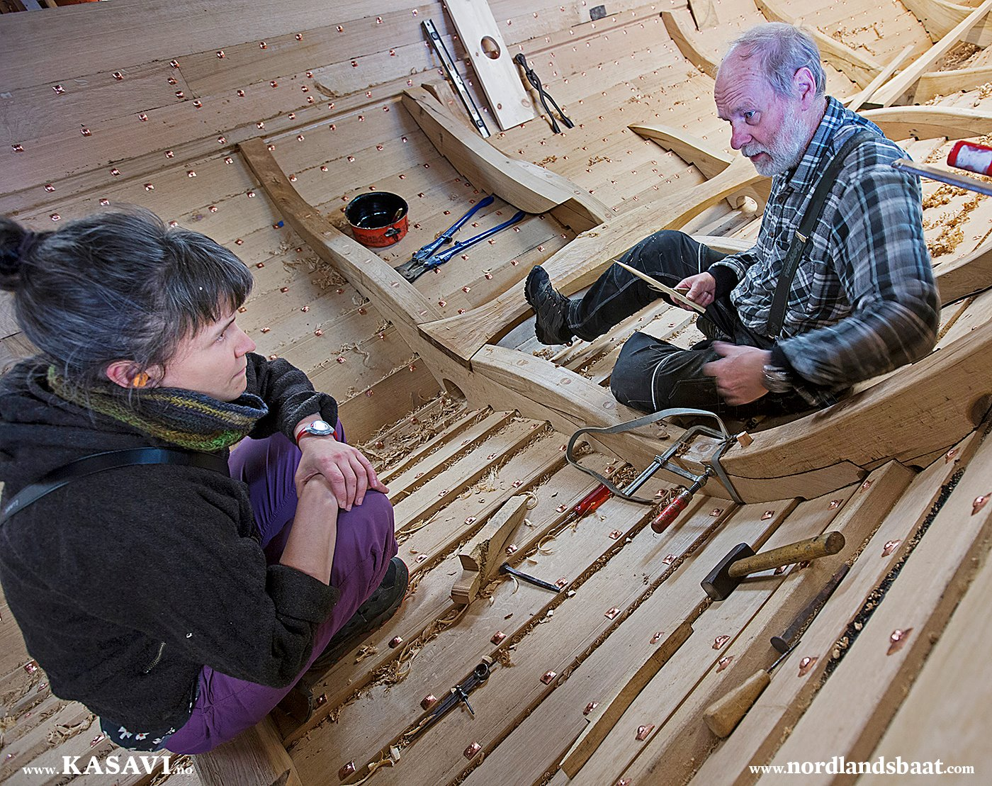 Gunnar explaining how to install the frame. Photo by Arne-Terje Sæther.