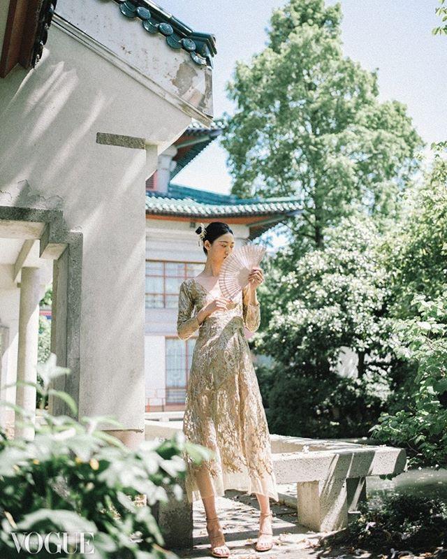 Published on Vogue Italia PhotoVogue . . . Model @sihanguo @lizbellagency  Hair/Makeup @theloveteam_clarice  Dress Designer @samstringerofficial . . . . . . .#photovogue #vogueitalia #vancouverfashion #vancouverfashioneditorial #vancouverphotographer #fashionphotography #editorialphotographer #温哥华摄影师 #时尚摄影 #vancouvereditorial #chinesedress #chinesebride #chinesebridal #eveninggowns