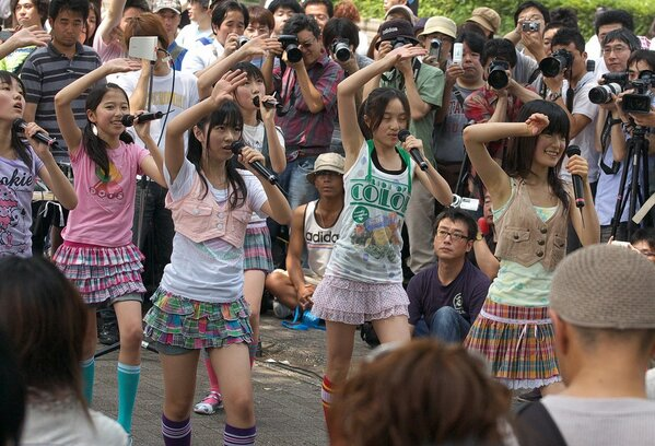 MomoClo performing Ano Sora e Mukatte right at the start line. Look at how small they are!!!