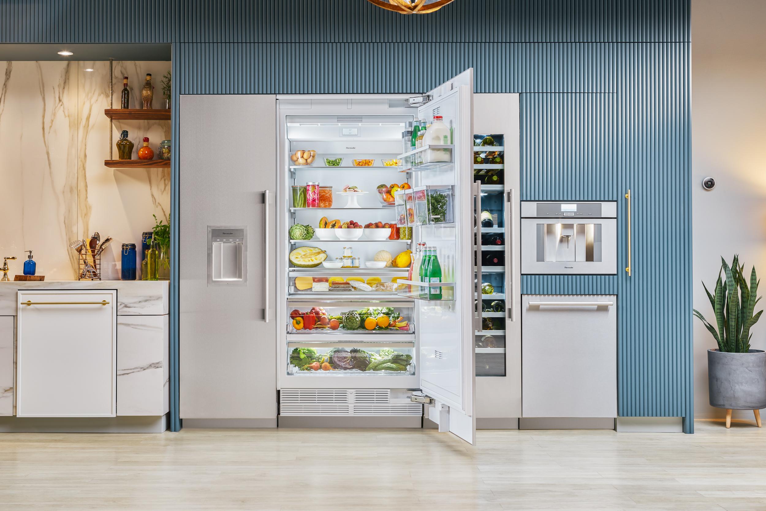 Thermador-36-inch-Master-Fridge-fridge-open-T36IR900SP.jpg