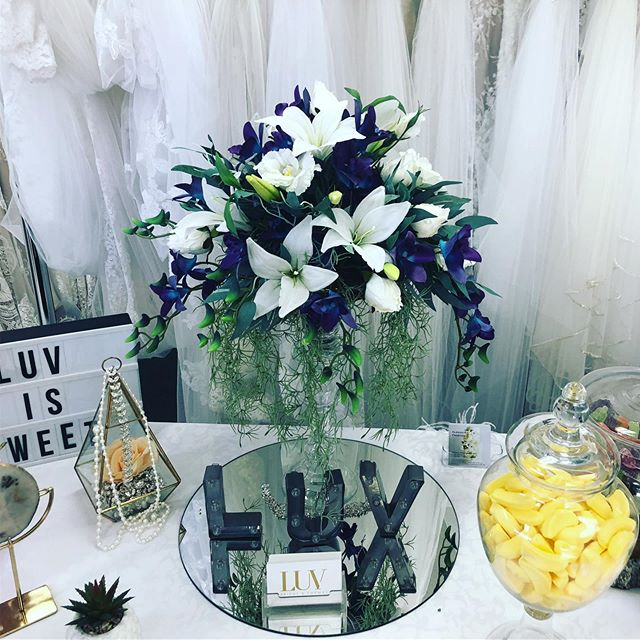 Absolutely loving this arrangement featuring galaxy orchids. 💕💐💕 . #artificialweddingflowers #artificialflowerarrangements #weddingflowers