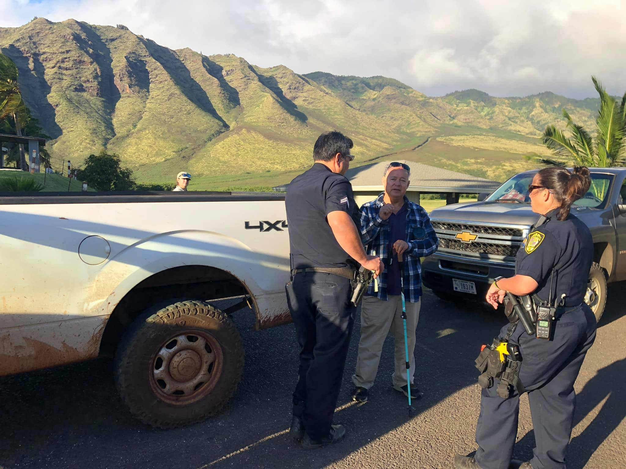 Mālama Mākua founding member Sparky Rodrigues explained the situation to the HPD officers after a two-hour sit-in. In the end, no arrests were made for leaving hoʻokupu. Even the cops could see through the foolishness.
