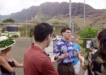 Mālama Mākua attorney David Henkin of Earthjustice speaks to the media outside Mākua after Mālama Mākua and the U.S. army reached a settlement in 2001. Photo by Craig T. Kojima, Honolulu Star-Bulletin