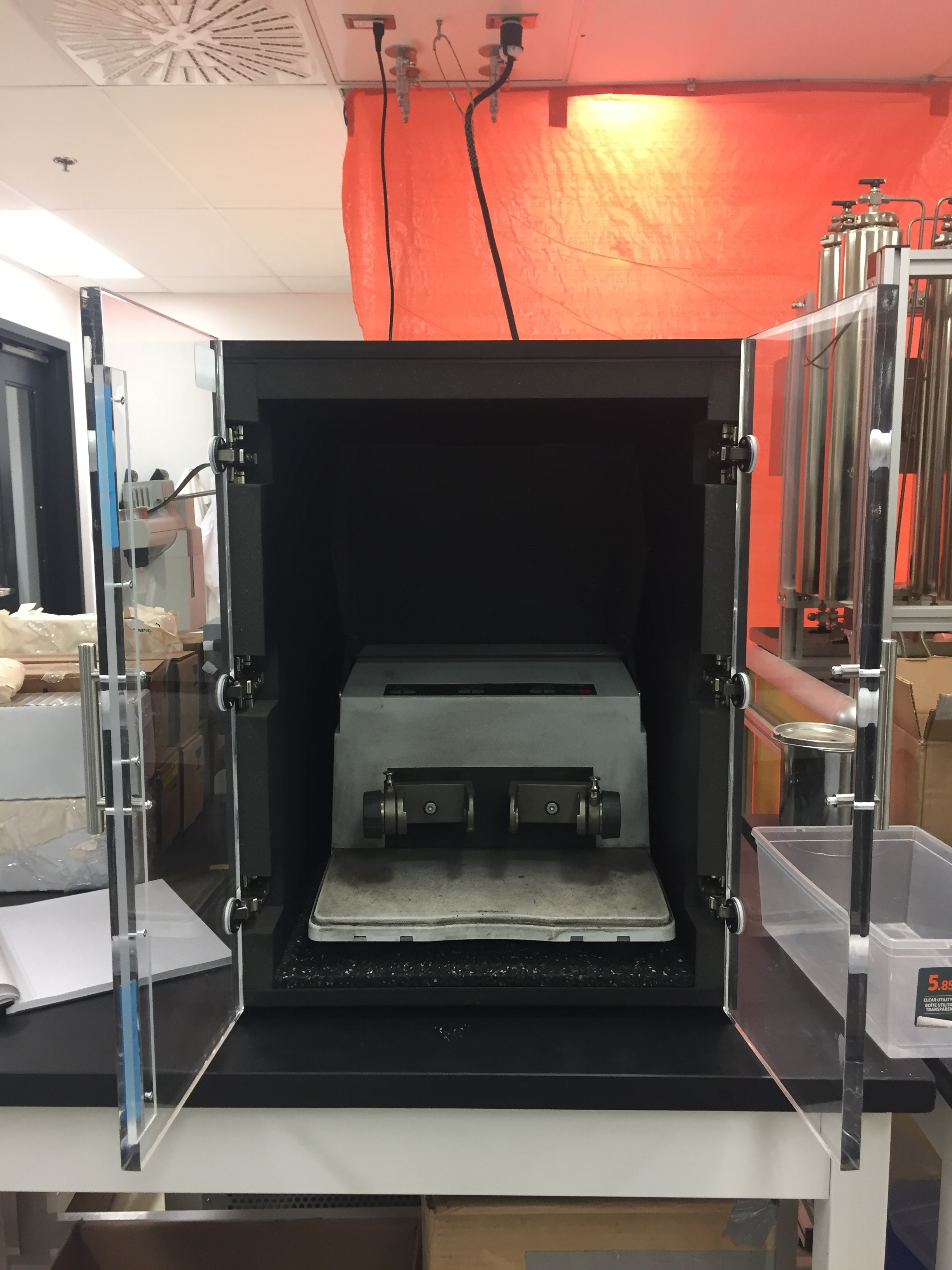 Retsch Oscillating Mill MM400 in sound enclosure (FRQNT funded)