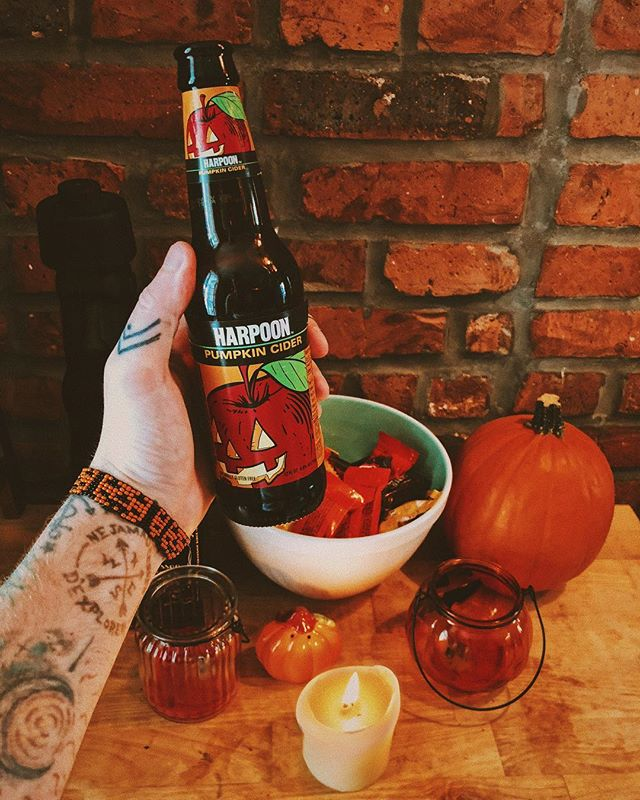 Happy Halloween everyone! 🎃 This right here is hands down my favorite fall drink lately! I don't typically go for pumpkin-flavored things, but I'm glad I tried this one. It's not too heavy on the spices, and not too light on the alcohol content. 😏 🍺: @harpoonbrewery Pumpkin Cider #chrisdoesdrinks . . . #happyhalloween #halloween #halloween🎃 #halloween2018 #fall #autumn #falldrinks #cider #pumpkin #pumpkinspice #pumpkincider #whatimholding #whatimdrinking #yummy #🍺 #applecider #hardcider #glutenfree #harpoonbrewery #vsco #vscocam #shotoniphone #shotoniphonex