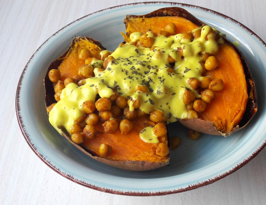 Hier ist meine Kurkuma Soße der Star auf einer OfenSüßkartoffel mit Kichererbsen