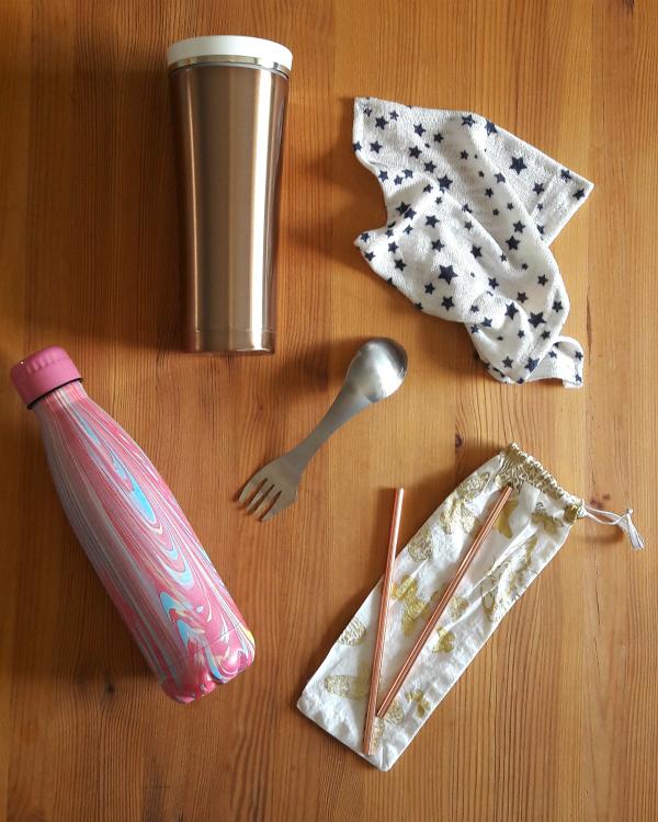 Zero Waste Kit v.l.n.r. : Wasserflasche, Kaffeebecher, Göffel/Spork, Serviette/Taschentuch, Metall Trinkhalme mit Säckchen